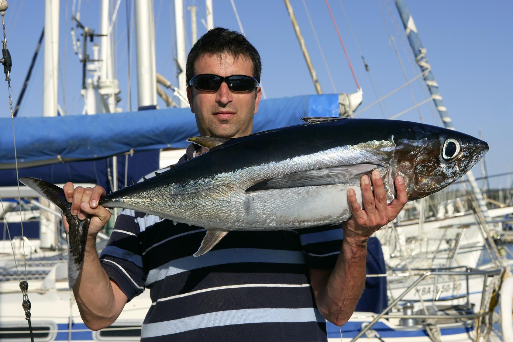 pêcheur avec grosse prise - permis hauturier