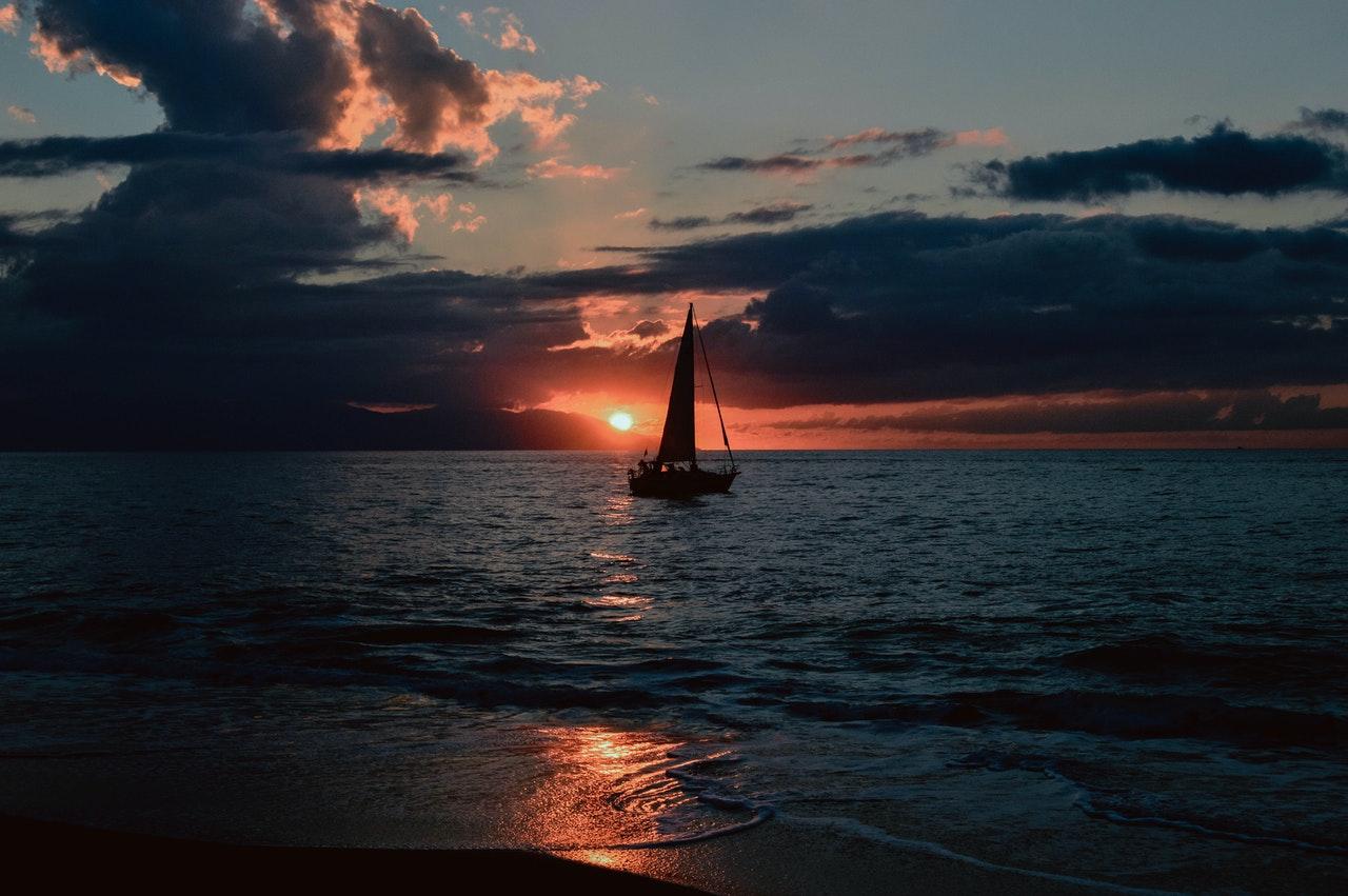 Personne qui navigue sur un bateau avec le permis bateau