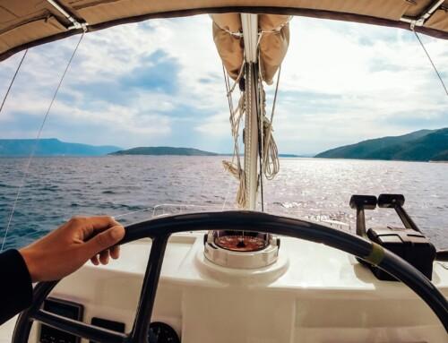 Comment bien manœuvrer un bateau à moteur ?